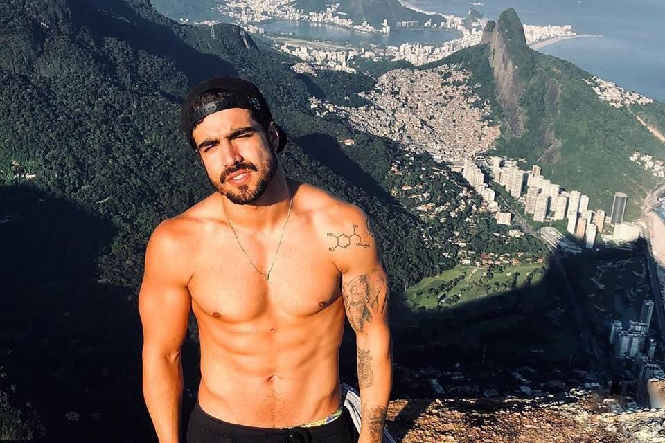 Caio Castro sem camisa