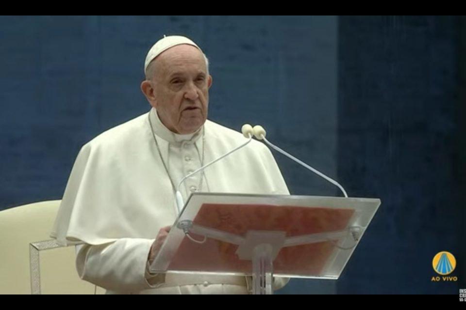 Papa Francisco faz oração no Vaticano