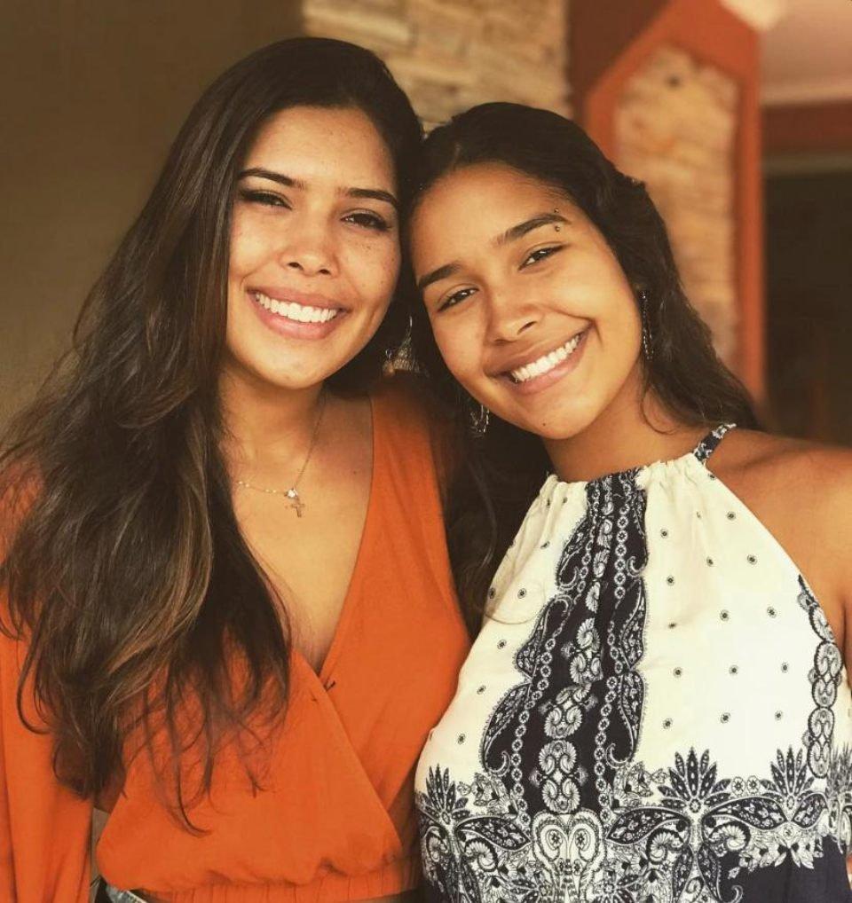 Irmãs pousando para a foto