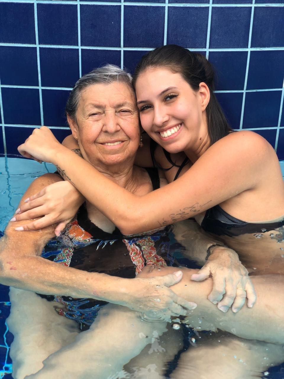 Avó e neta se abraçando