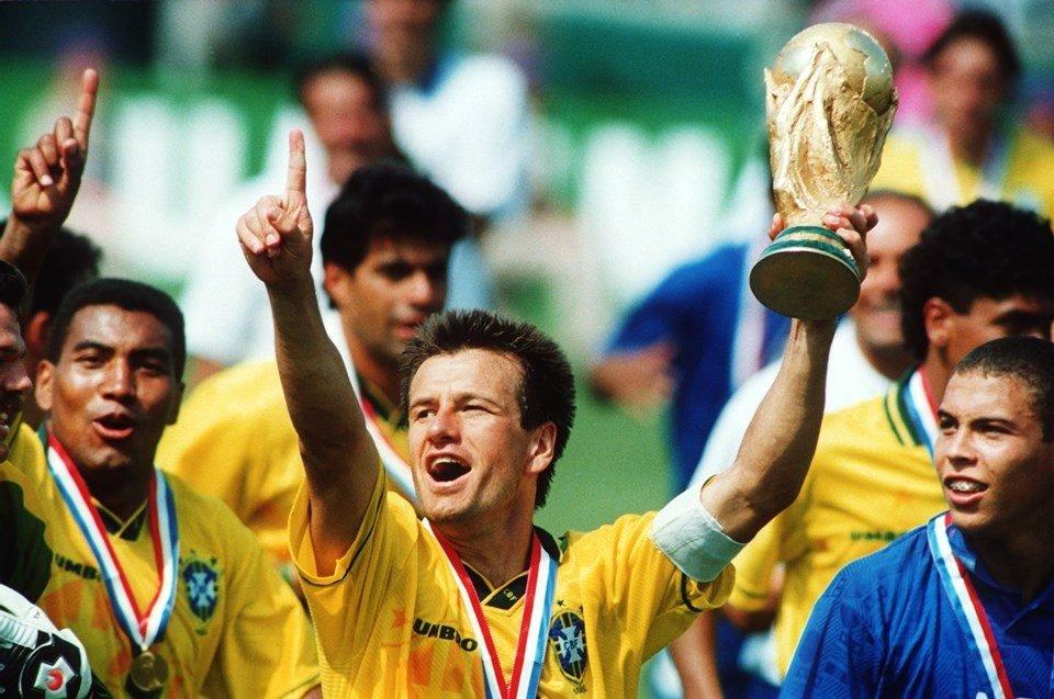 Dunga ergue a taça da Copa do Mundo ao lado de Ronaldo