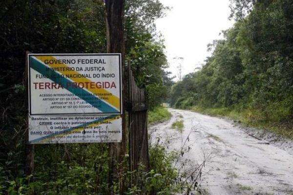 Placa na entrada de terra indígena