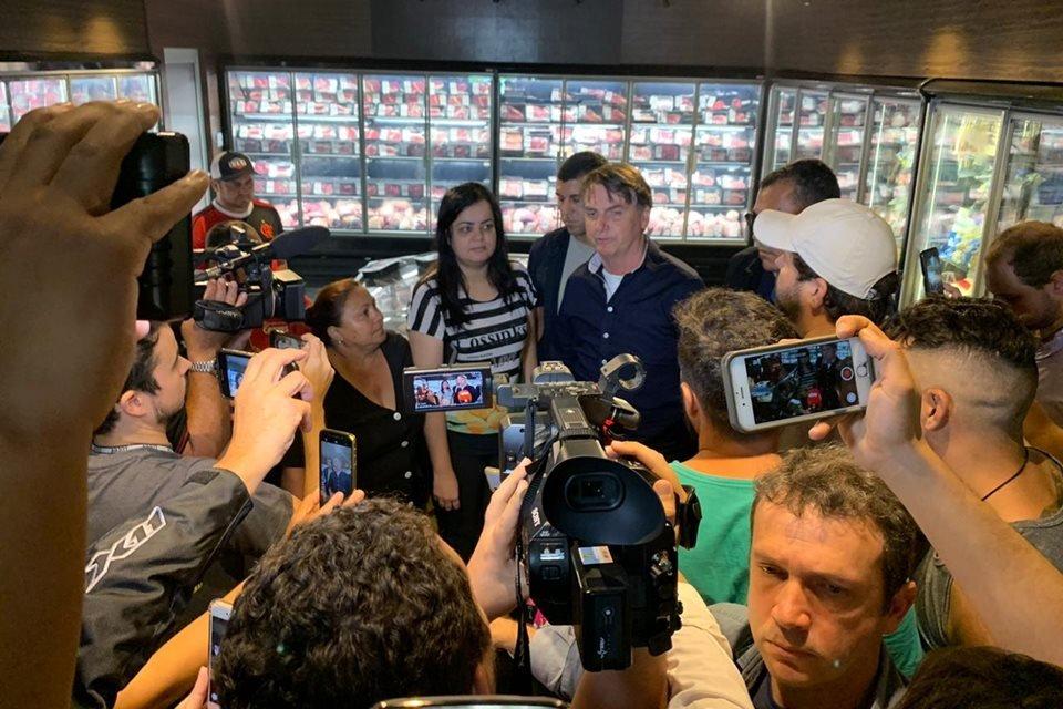 Presidente Bolsonaro dá entrevista em comércio de Taguatinga