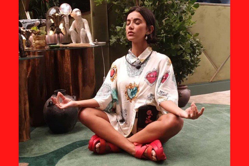 Manu Gavassi faz meditação com sandália vermelha no BBB