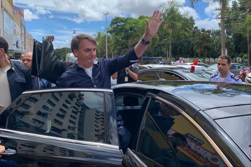 Bolsonaro entra em carro após visitar comércio no DF