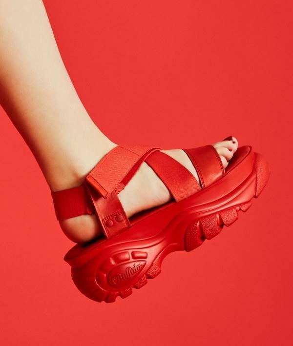sandália vermelha da Buffalo London x Opening Ceremony, usada por Manu Gavassi