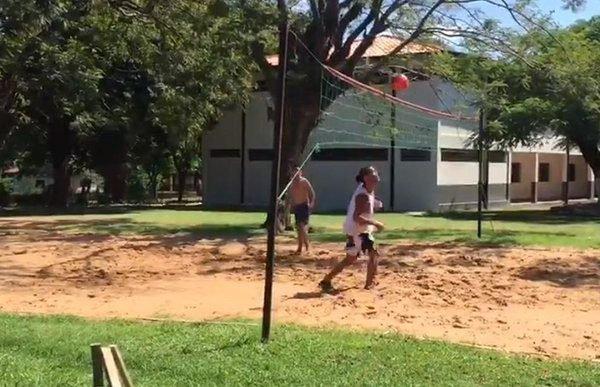 Ronaldinho Gaúcho joga futevôlei na cadeia