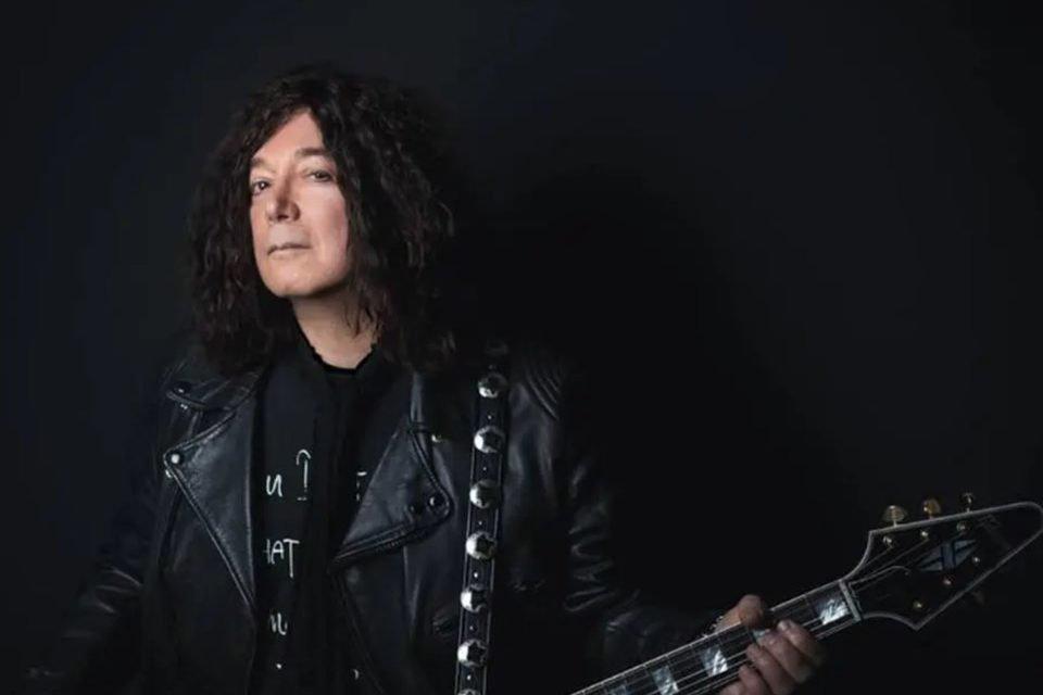 Alan Merril posa antes de sua mortes com a guitarra