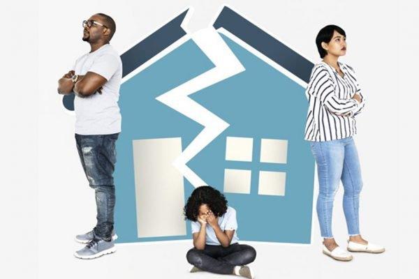 Arte de uma casa partida ao meio para simbolizar divórcio do casal retratado. Criança chora no meio