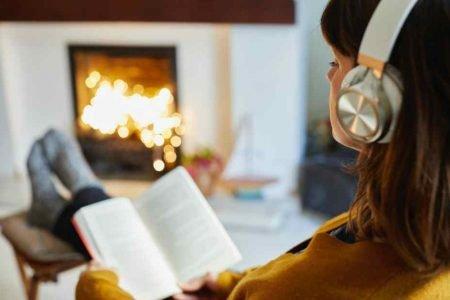 Mulher lendo e ouvindo