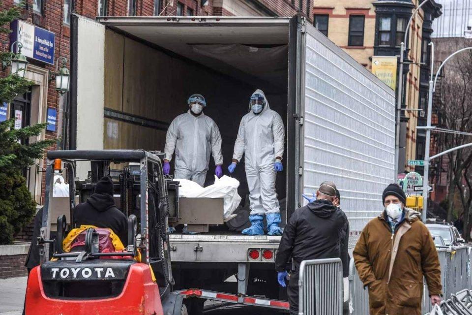 Caminhão frigorifico com os corpos de mortos no EUA