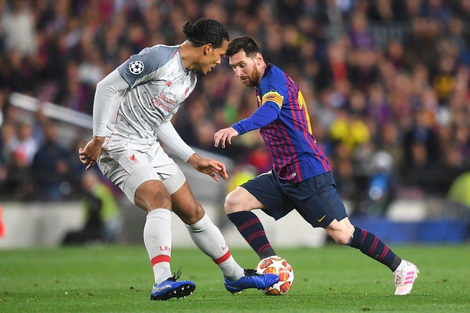 Messi tenta passar por Van Dijk