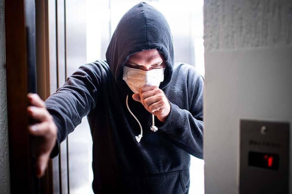 Homem com máscara: proteção contra a transmissão do coronavírus