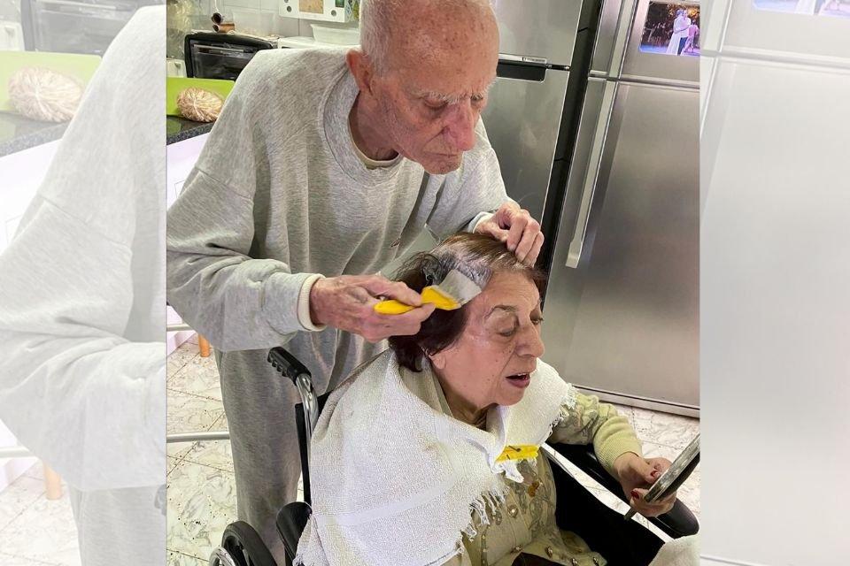 Marido idoso pinta cabelo da esposa