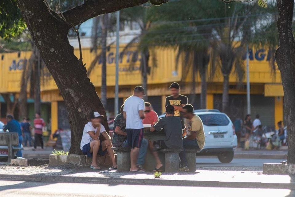 Grupo se reúne para jogar dominó no centro de Taguatinga