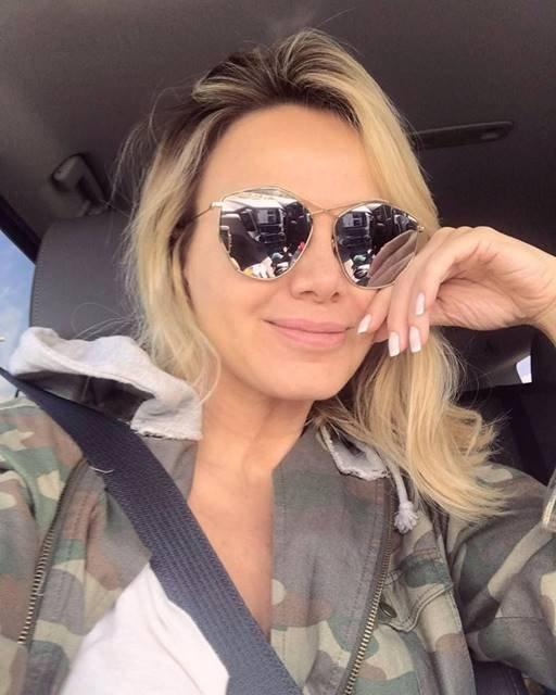 Eliana no carro