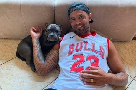 Goleiro Bruno com cachorro