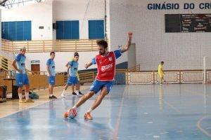 Jogador do Brasília Futsal arrisca chute durante treino da equipe