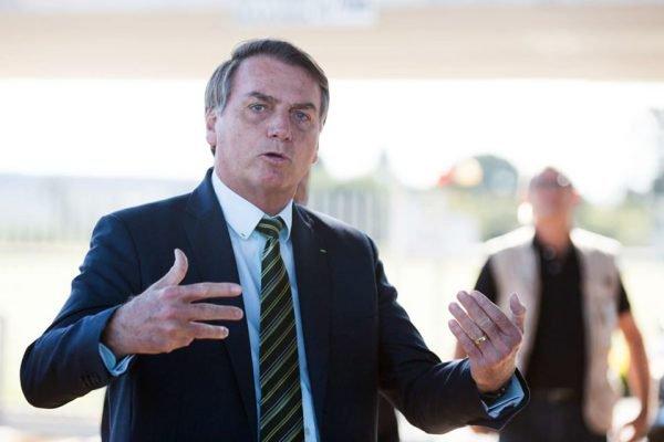 Bolsonaro fala com apoiadores no Palácio da Alvorada nesta quinta