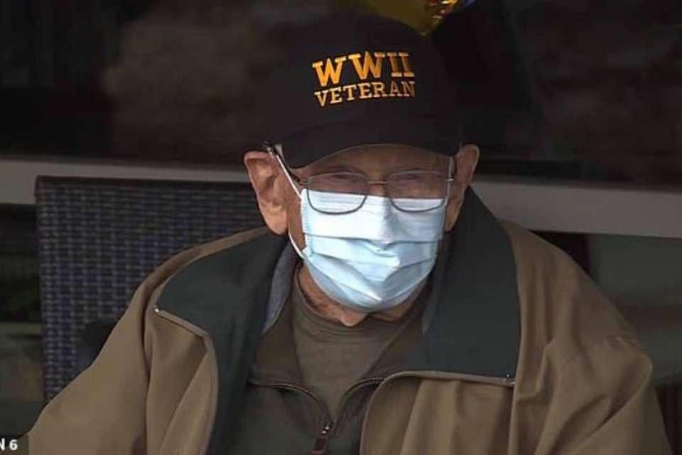 bill-lapschies 104 anos com máscara