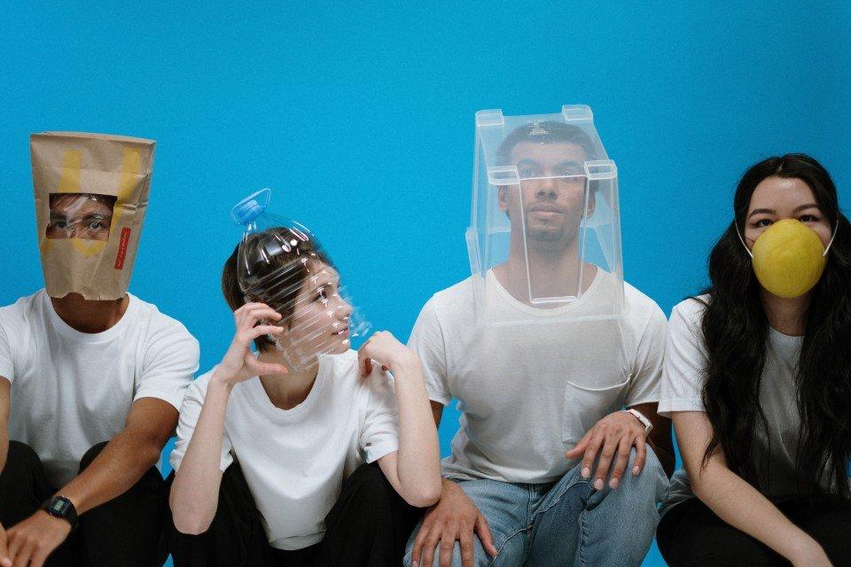 https://uploads.metropoles.com/wp-content/uploads/2020/04/02170536/people-wearing-diy-masks-3951628-1.jpg