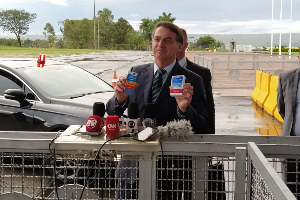 Presidente Jair Bolsonaro segura caixa de hidroxicloroquina
