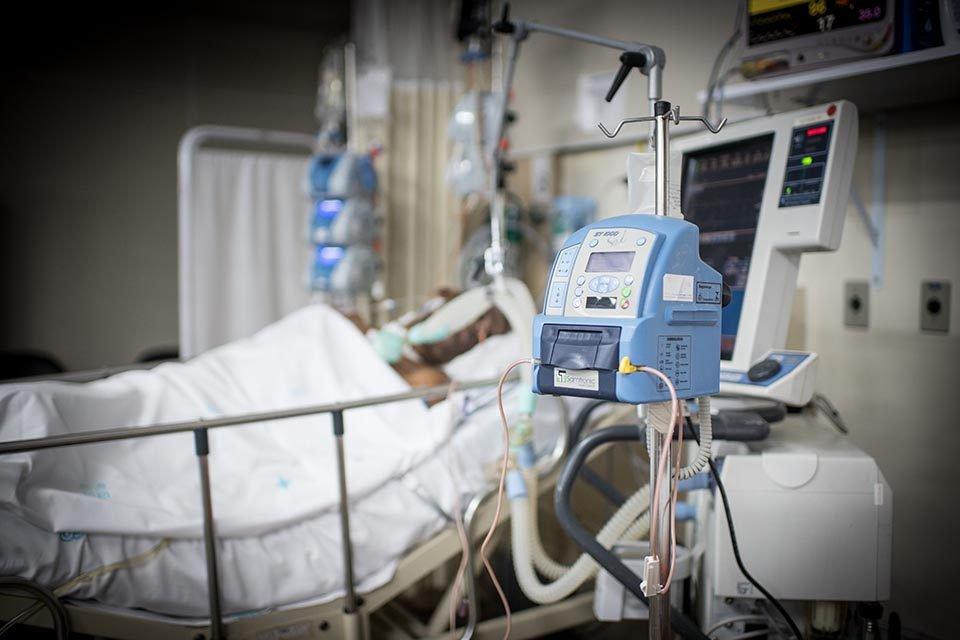 Maquina de hospital e paciente ao fundo