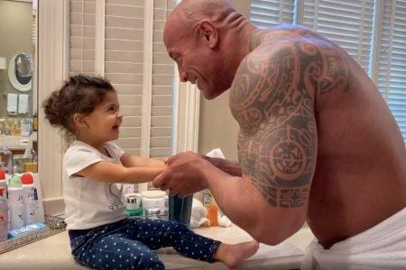 The Rock ensinando a filha a lavar as mãos