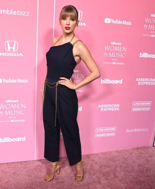 Taylor Swift calçando Sergio Rossi