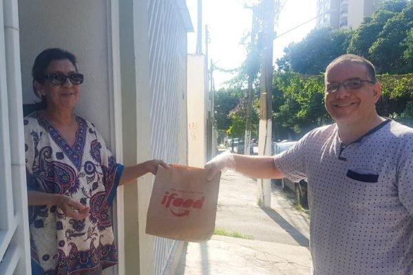 Talal Al-Tinawi, refugiado sírio, doa marmitas a idosos em São Paulo