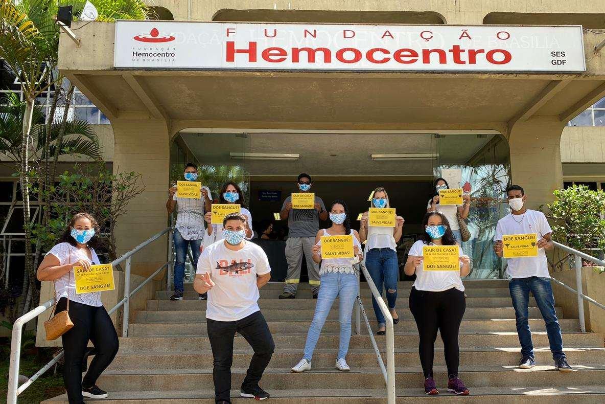 Pessoas em frente ao Hemocentro