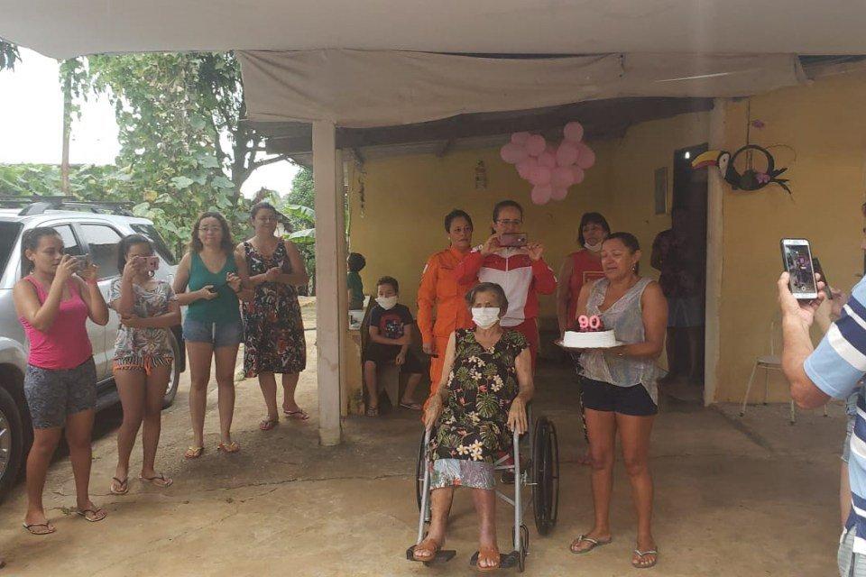 Idosa de 90 anos recebe parabéns de bombeiros do DF