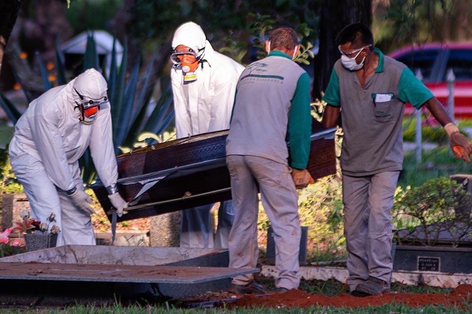 Funerária prepara corpo para ser enterrado em ceminterio
