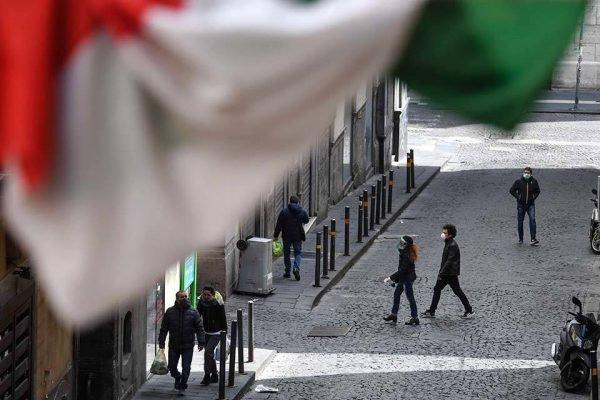 Pessoas caminhando com máscara na Itália