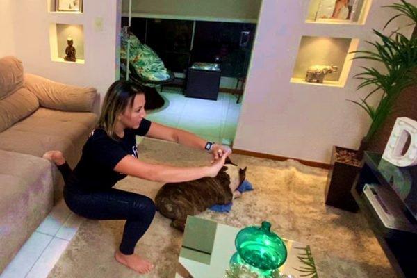 Débora Flores, personal trainer, mostrando como malhar em casa