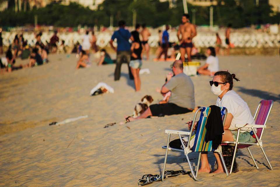 Pessoas na praia durante o coronavirus covid-19