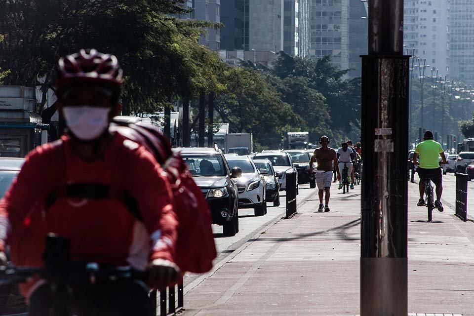 Pessoas e carros na avenida paulista