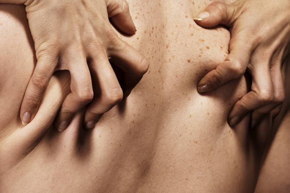 Mulher apertando as costas de um homem