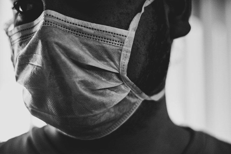 pessoa de máscara em preto e branco