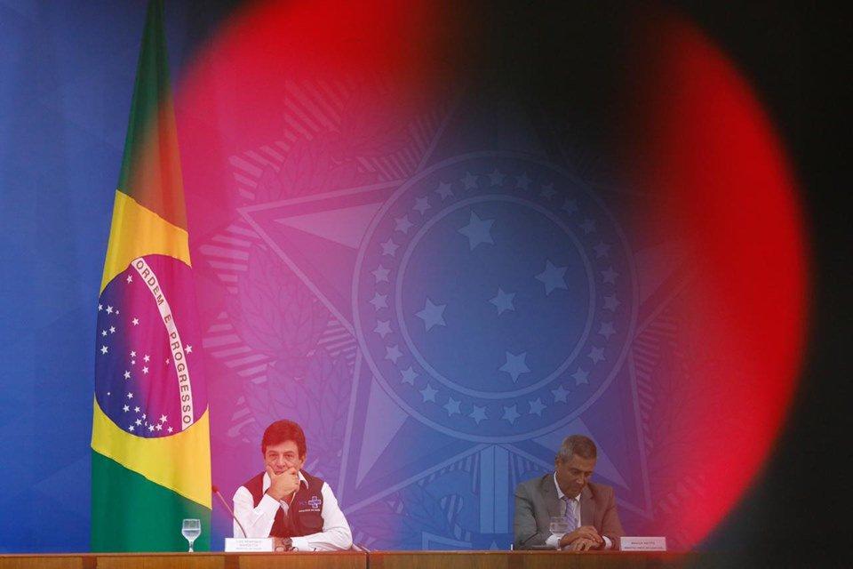 ministros Mandetta e Braga Neto em entrevista coletiva