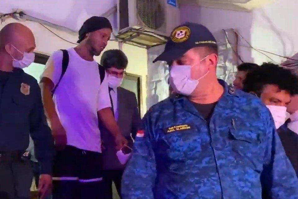 Ronaldinho deixa prisão