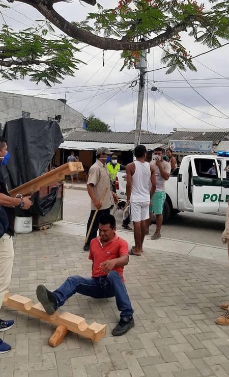 Pessoas são amarradas na Colômbia por descumprir quarentena do coronavírus