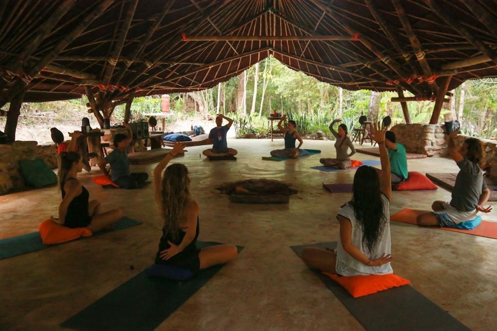 Pessoas fazem Yoga