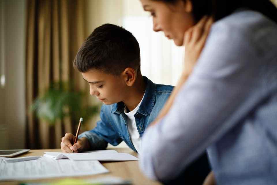 Mãe e filho estudando