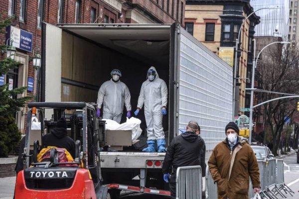 Caminhão transporta mortos por coronavírus em NY