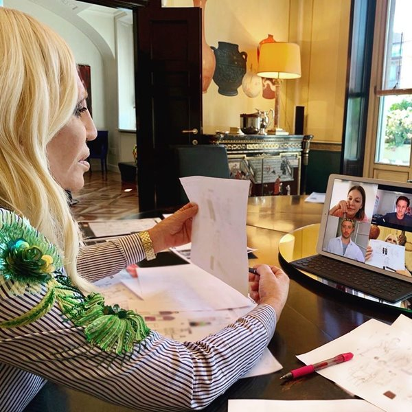 Donatella Versace trabalhando de casa