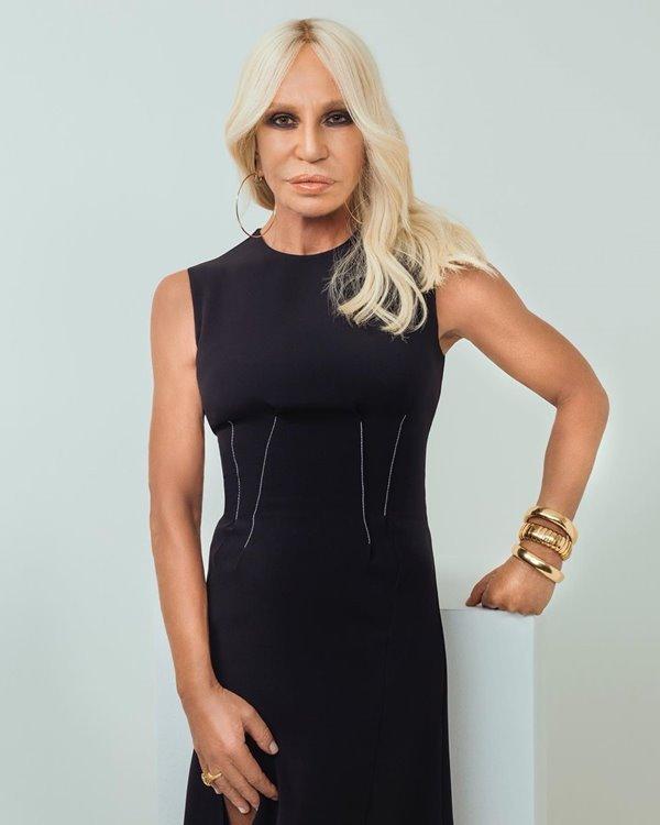 Donatella Versace com vestido preto