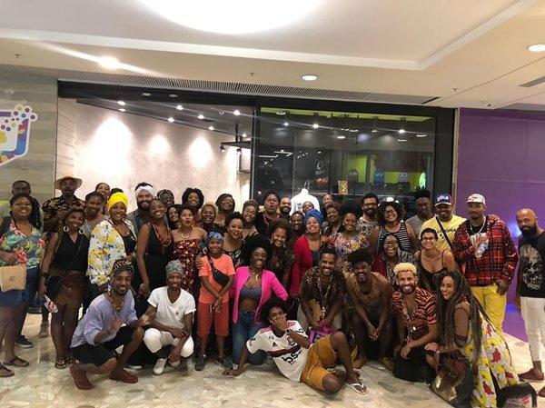 Grupo reunido em frente a Pop Afro