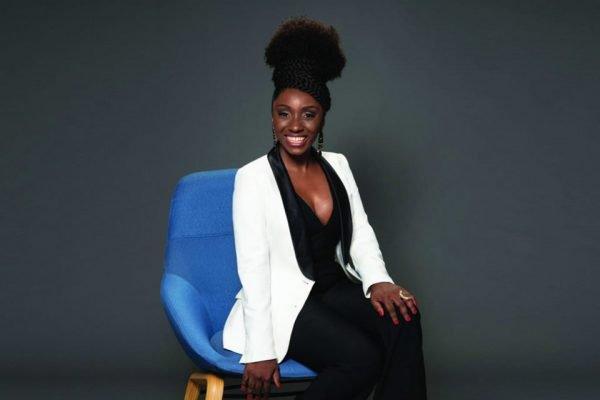 Nina Silva sentada em cadeira
