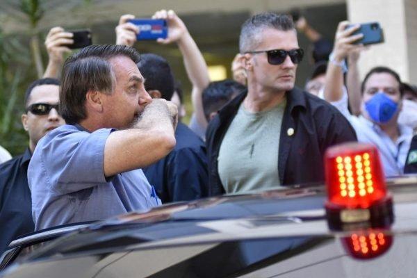 Bolsonaro limpa o nariz e fala com idosa